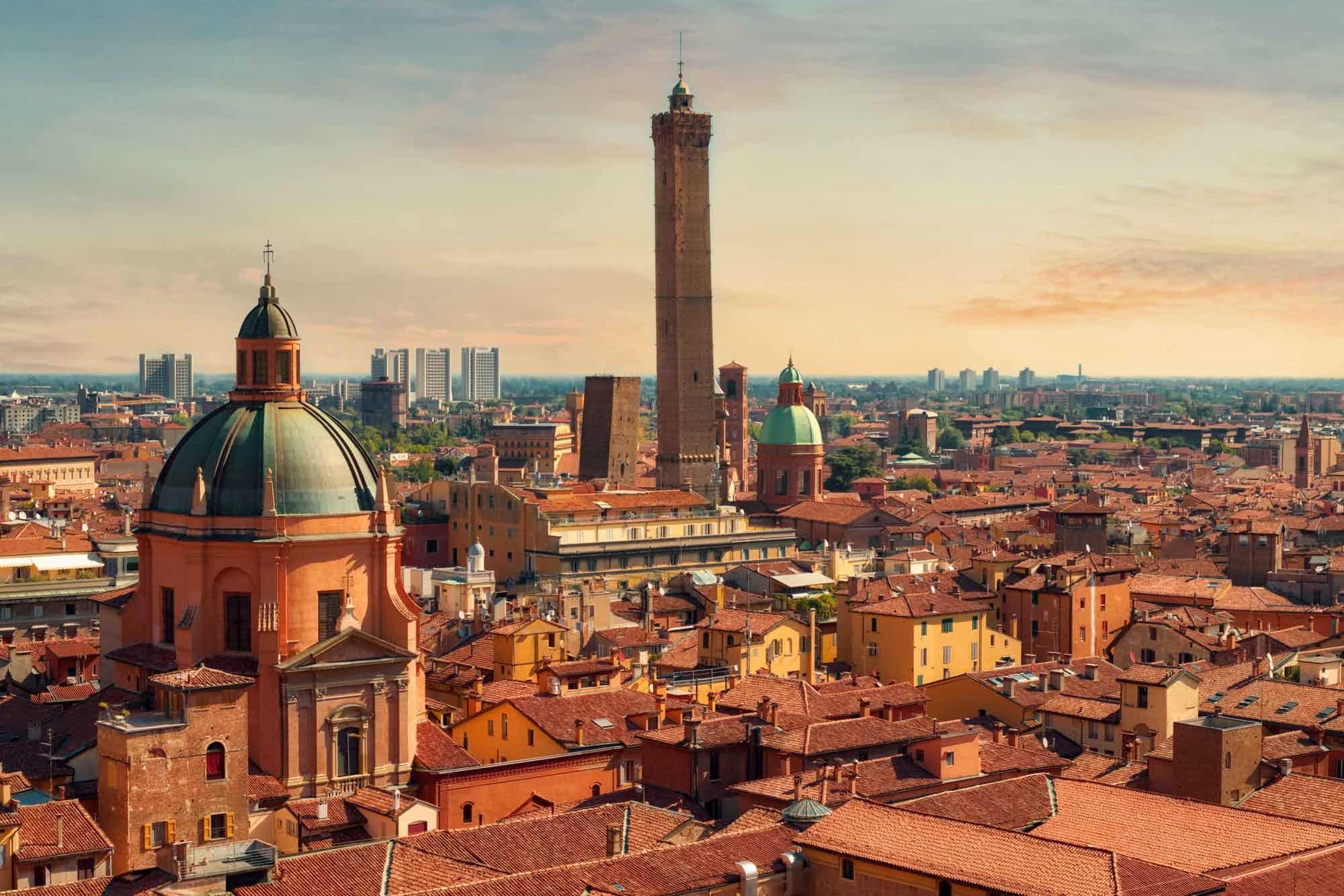 Blick auf die mittelalterlichen Geschlechtertürme Garisenda und Asinelli der Stadt Bologna