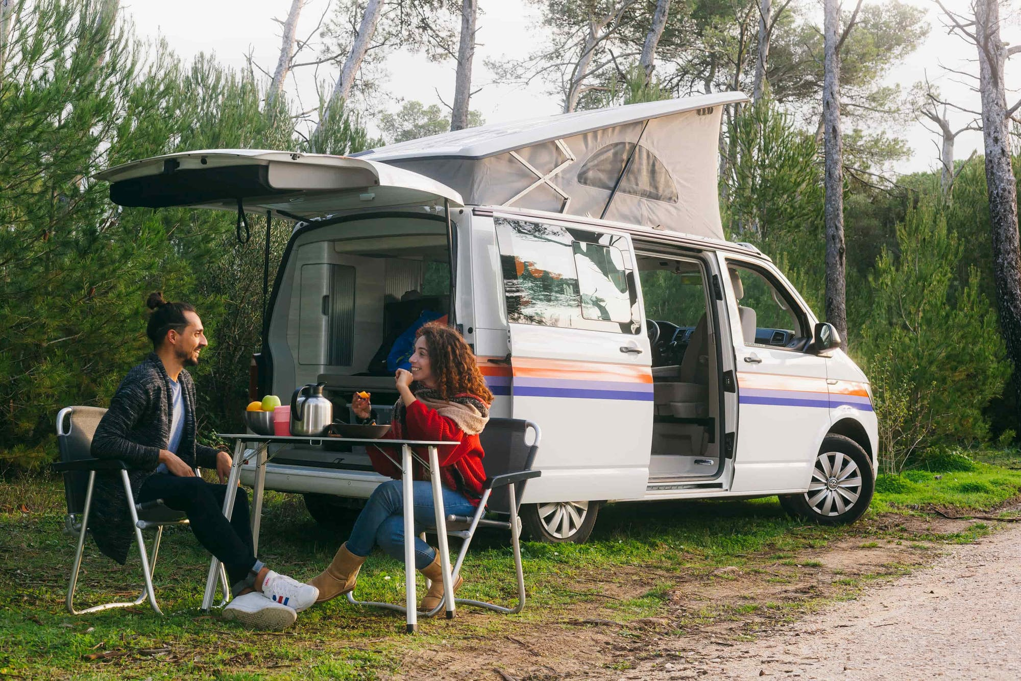 Couple having a picnic next to the VW California Model