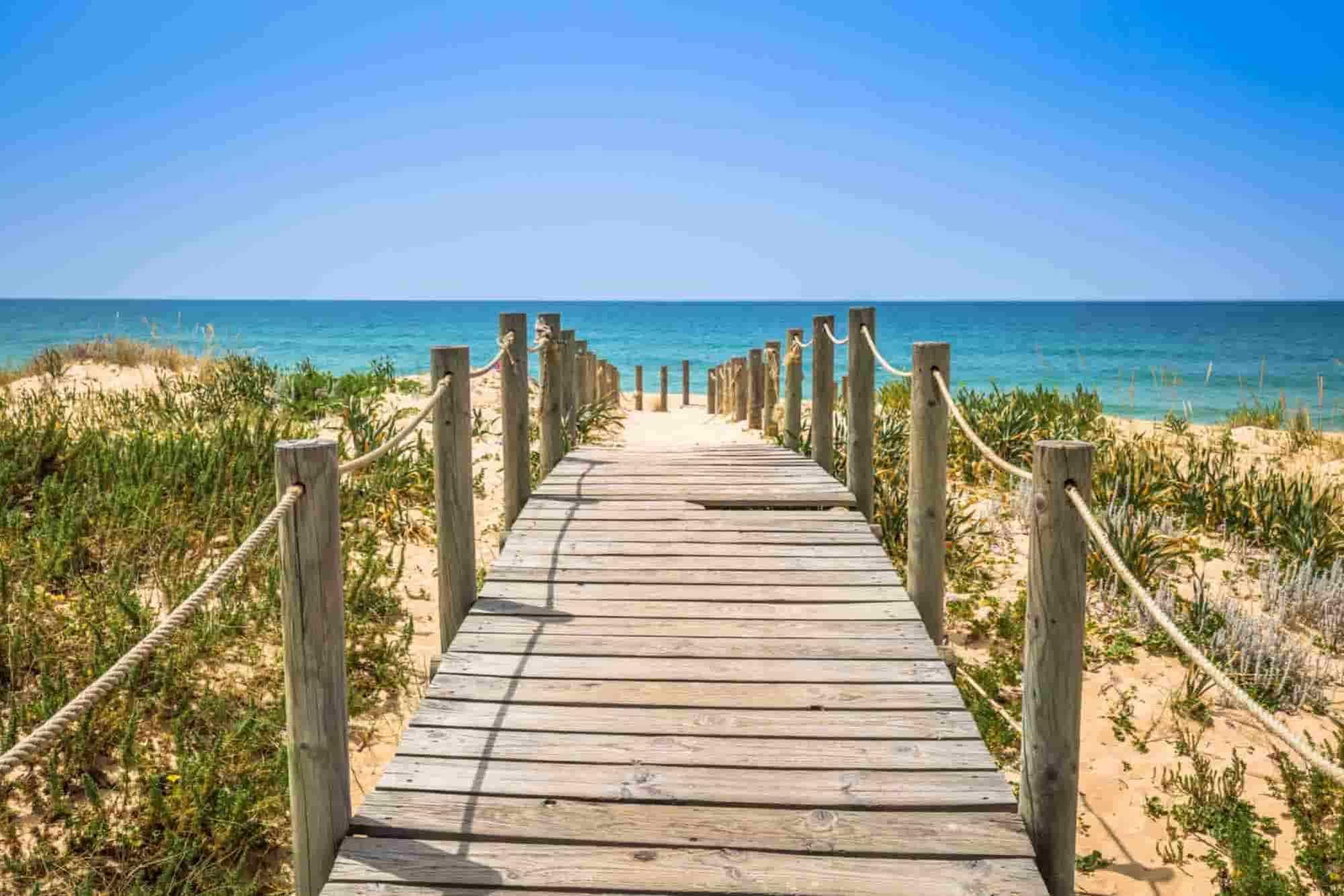 Gångväg till havet på en solig dag på Algarve Road Trip