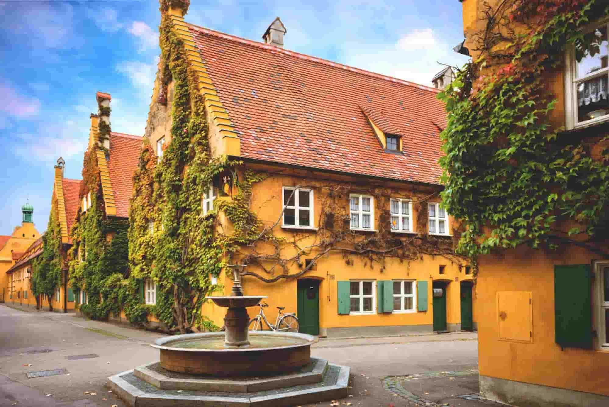 Nachbarschaft mit gelben Häusern in Augsburg, ein Stopp auf der romantischen Strasse in Deutschland