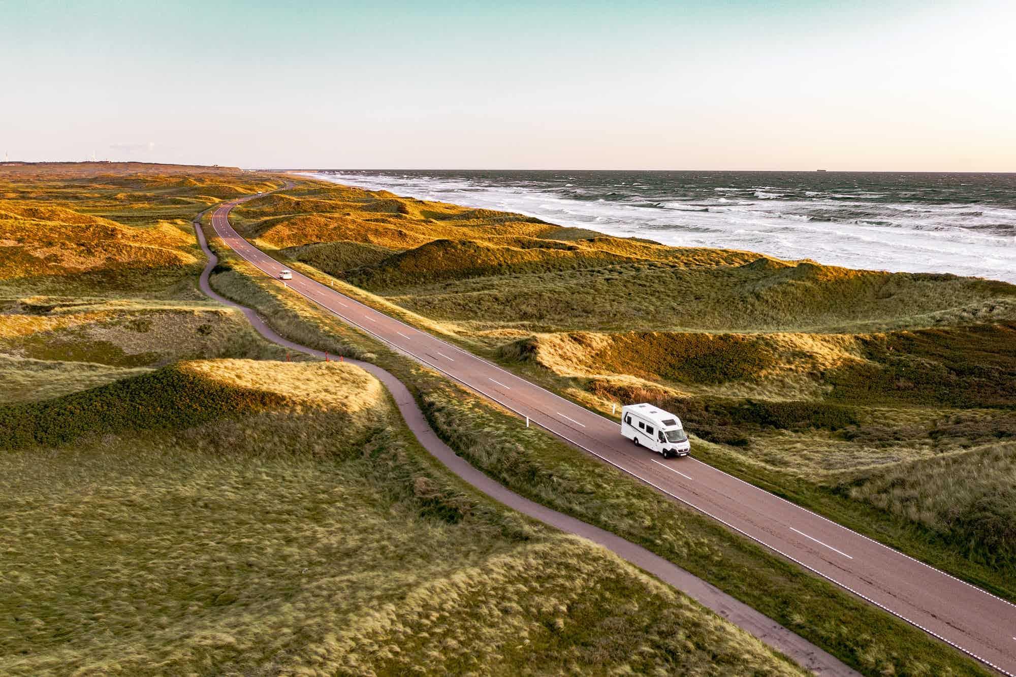 En bobil som kjører langs kysten