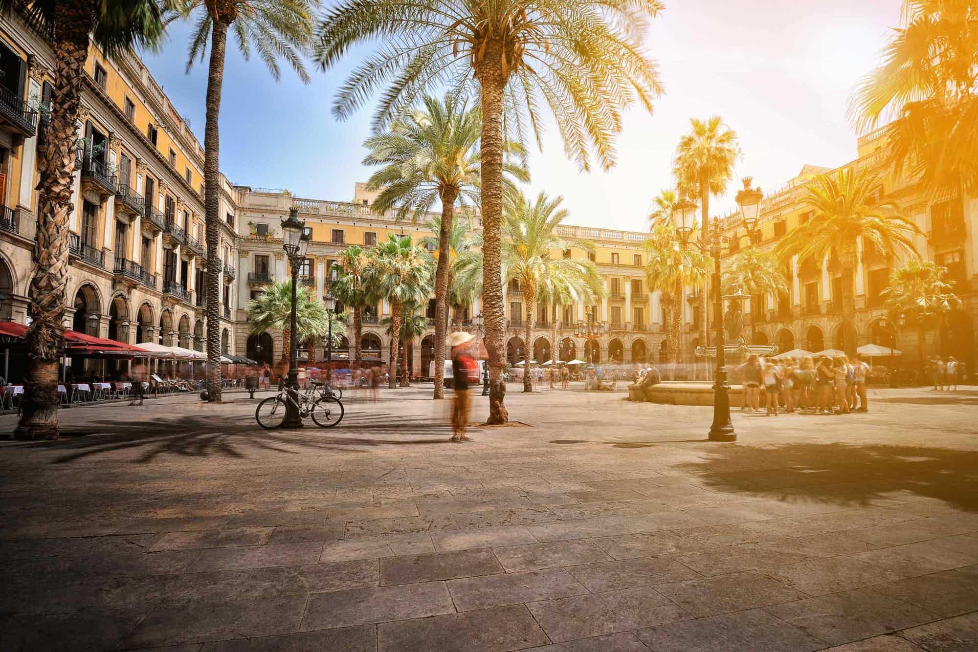 Der wunderschöne, öffentliche Platz Placa Reial in Barcelona mit seinen Palmen, Cafés und Restaurants