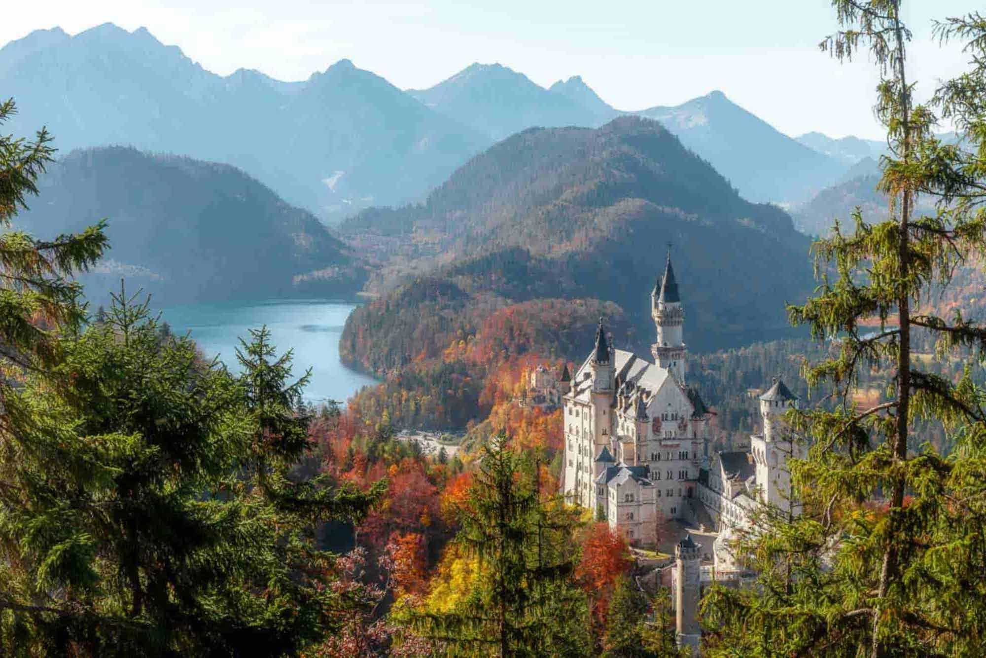 Wunderschöne Landschaft mit Schloss und See auf der Südwestdeutschland-Roadtrip