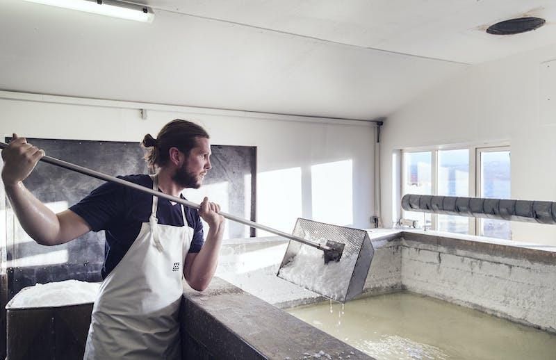 Man catching salt for Saltverk