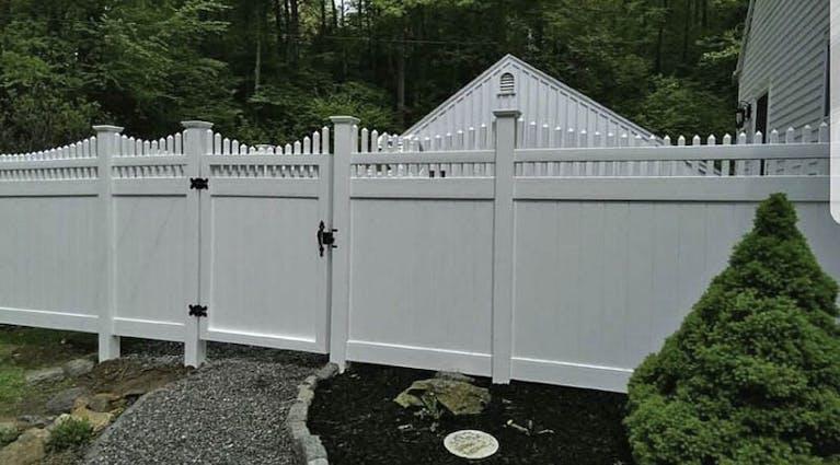 Straight-Up-Fence-vinyl-fence