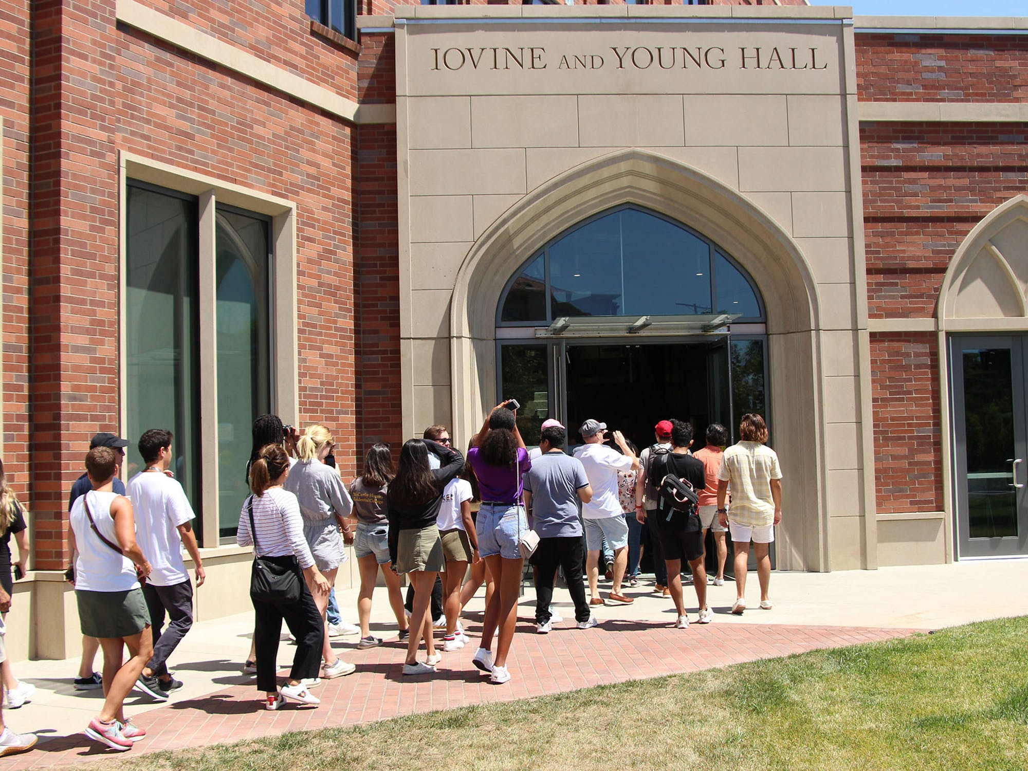 A group of students walking into Iovine and Young Hall