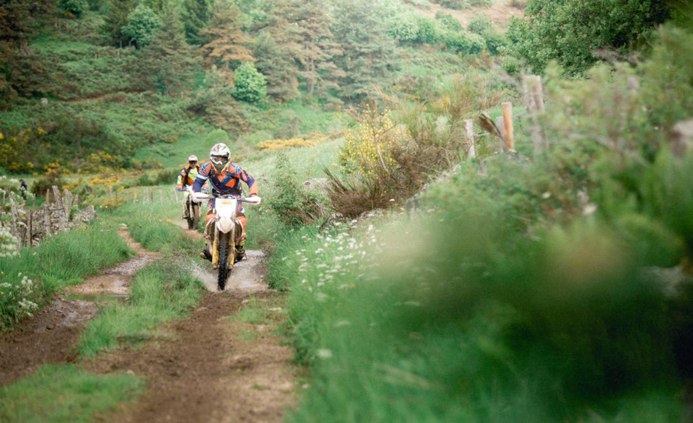 2 motocross en course sur un chemin de campagne