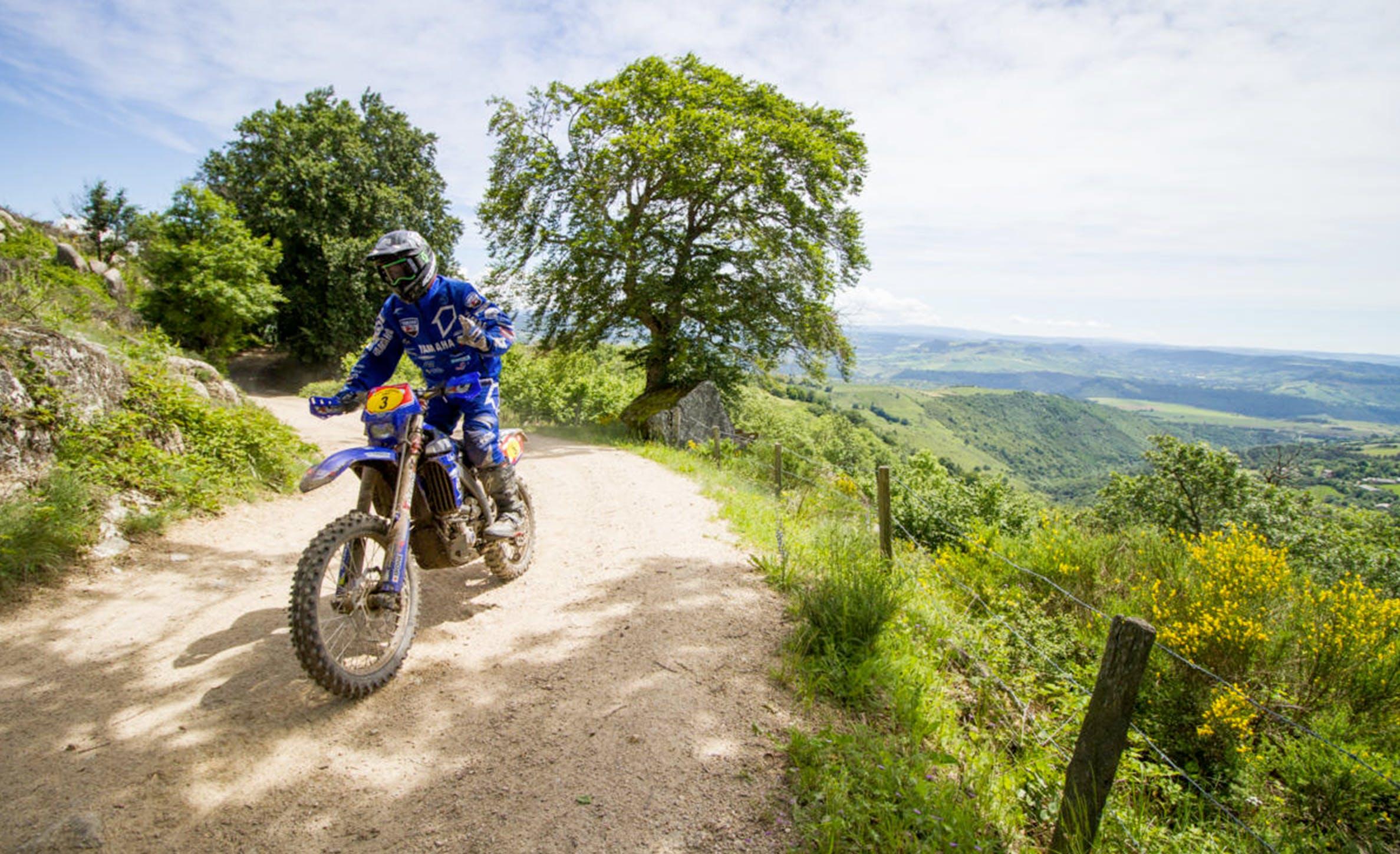 Motocross sur chemin de campagne