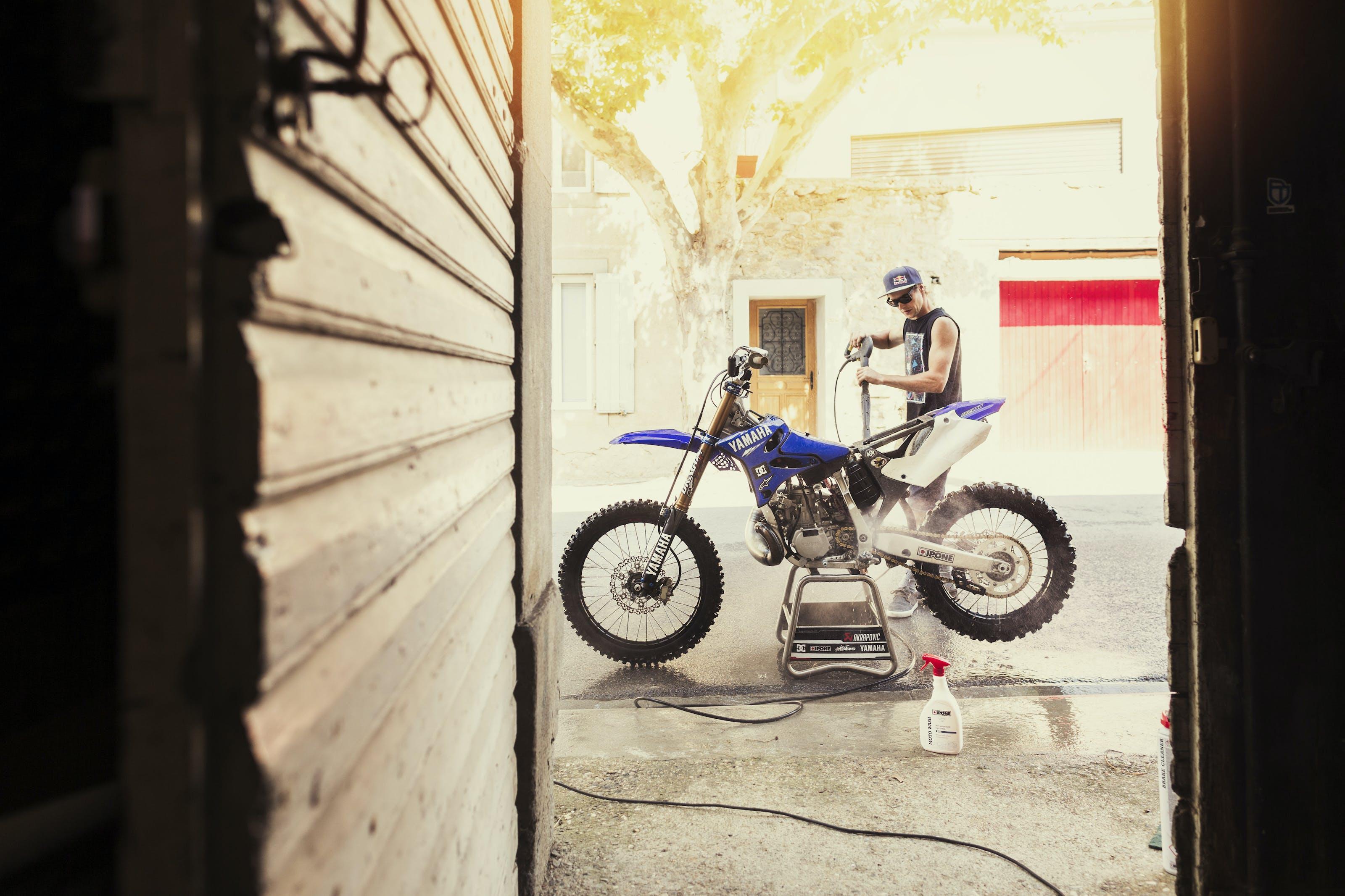 Tom Pagès nettoie sa moto