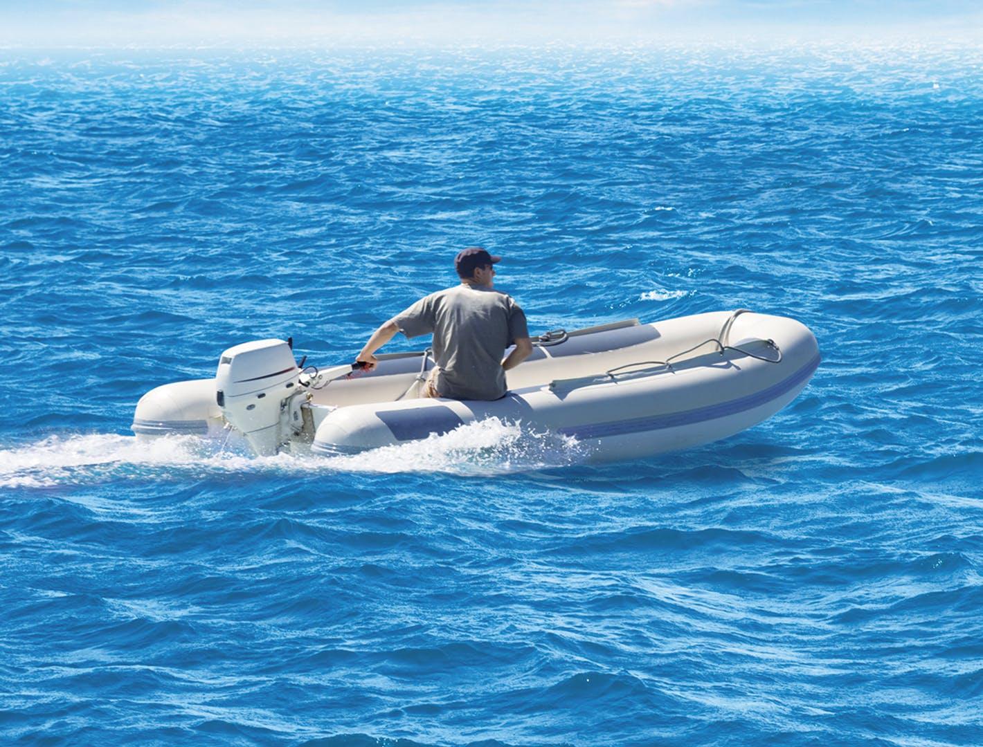 Bateau moteur hors-bord 2 temps sur l'eau