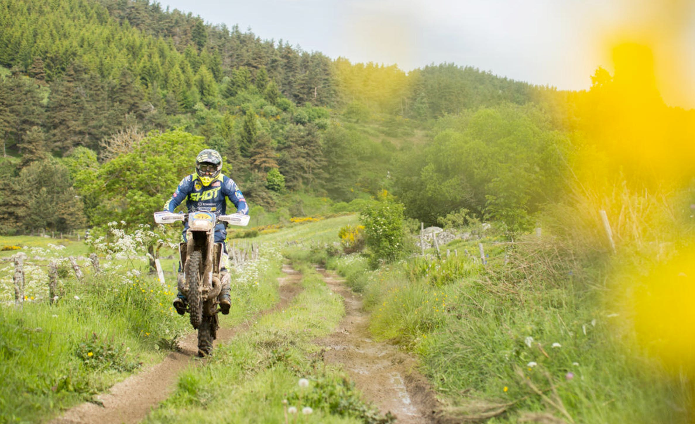Motocross en roue arrière sur un chemin de campagne