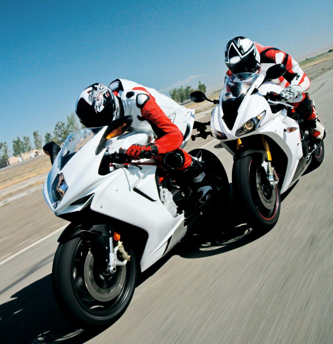 Deux motos sportives en course