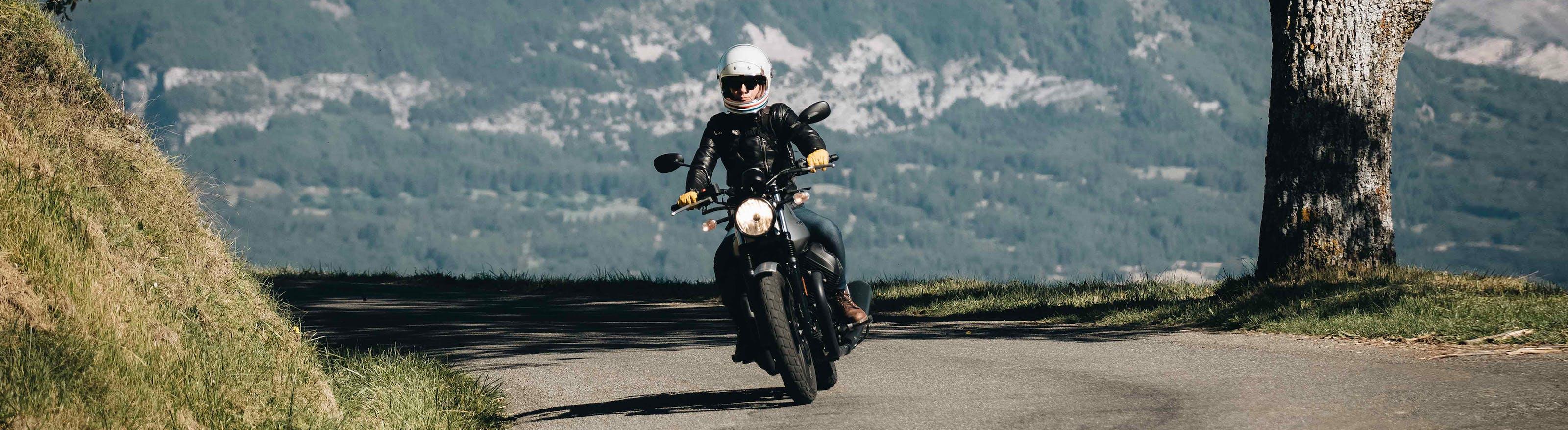 Moto sur la route en montagne