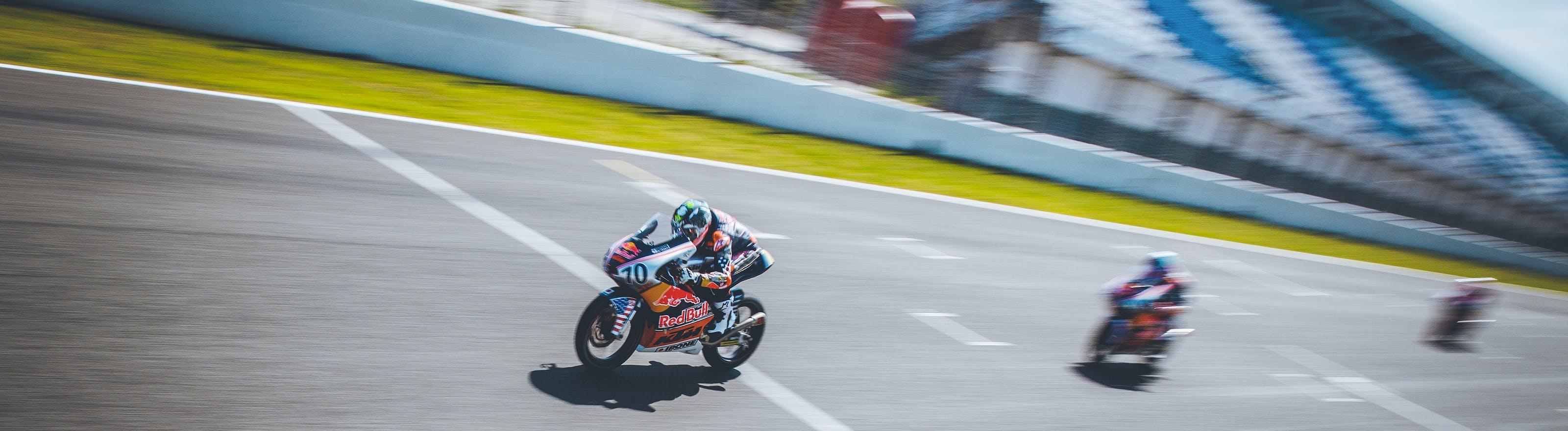 Moto en course sur circuit compétition