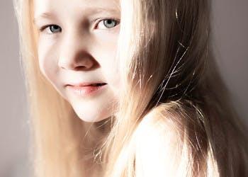 Sesja dziecięca - dziewczynka w świetle słonecznym