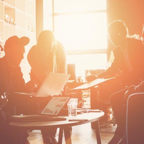 Mehrere Leute sitzen zusammen und entwickeln gemeinsam eine Idee