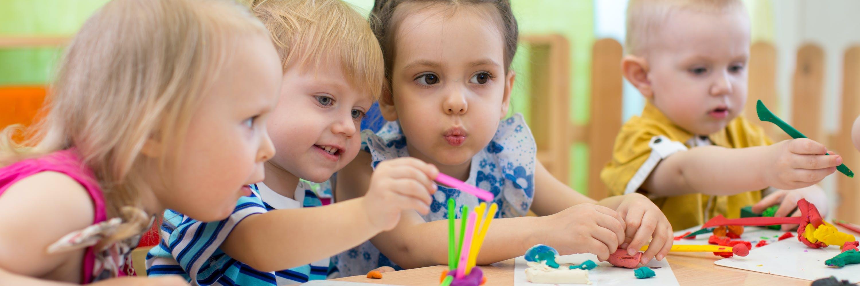 Kinder mit verschiedenen Baumaterialen aus Knete