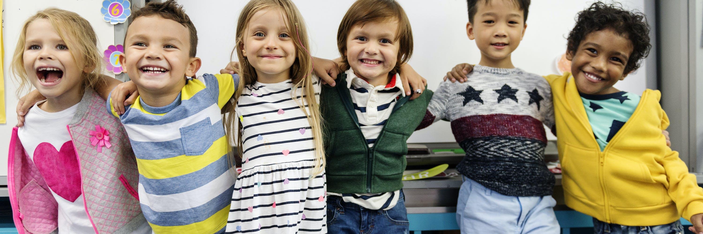 Gruppe von Kindern, arm in arm