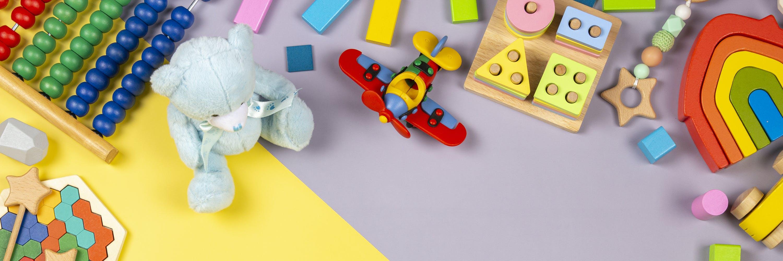 Spielsachen verstreut auf dem Boden