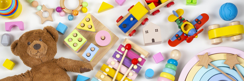 Ansicht von Kinderspielsachen. Holzzug, Holzflugzeug, Teddybär und andere.