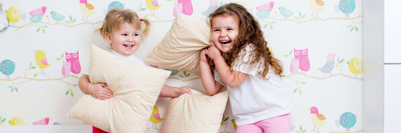 Kinder bei einer Kissenschlacht