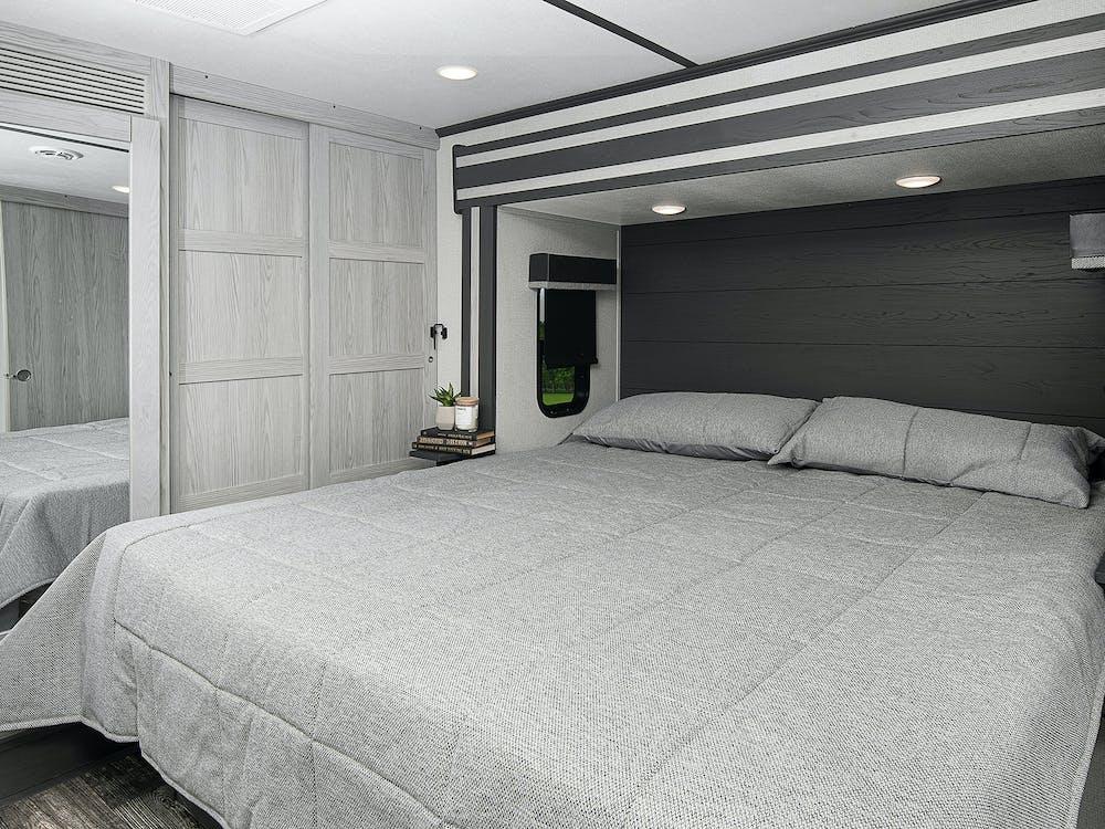 Keystone Fuzion 424 bedroom