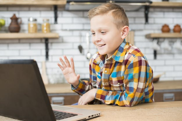 ребенок учится онлайн