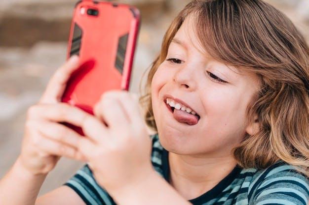 Ребёнок увлечённый телефоном
