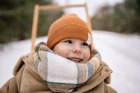 barn i vinterkläder på spark