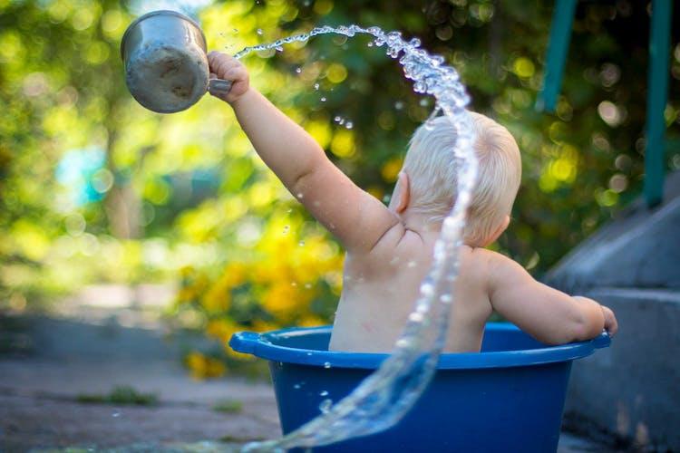 barn som skvättar vatten