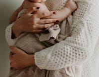 Mamma som håller om bebis