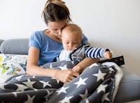 mamma och barn i soffa