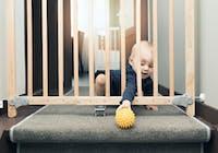 Bebis bakom grind