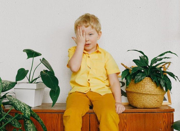 pojke sittandes på en bänk