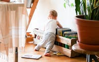 Barn som letar efter böcker i låda