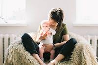 bebis och mamma i fåtölj