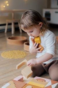 barn som lekar med klossar