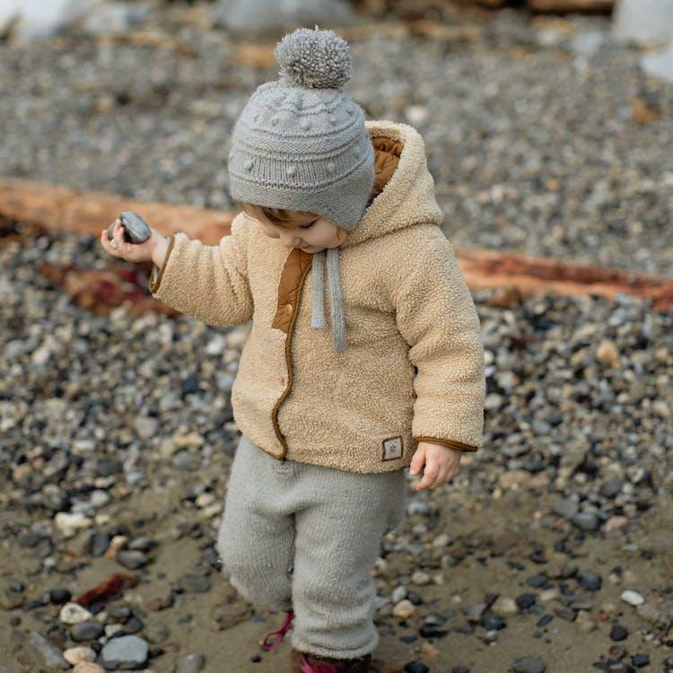 Barn klätt i varma kläder och mössa