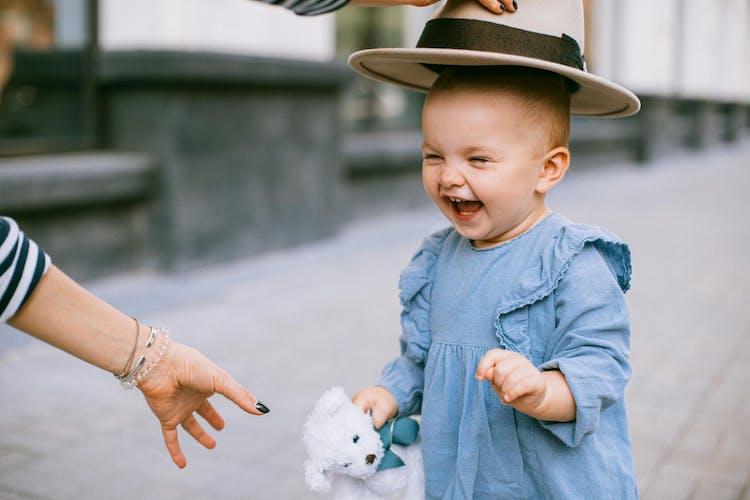 litet barn i hatt
