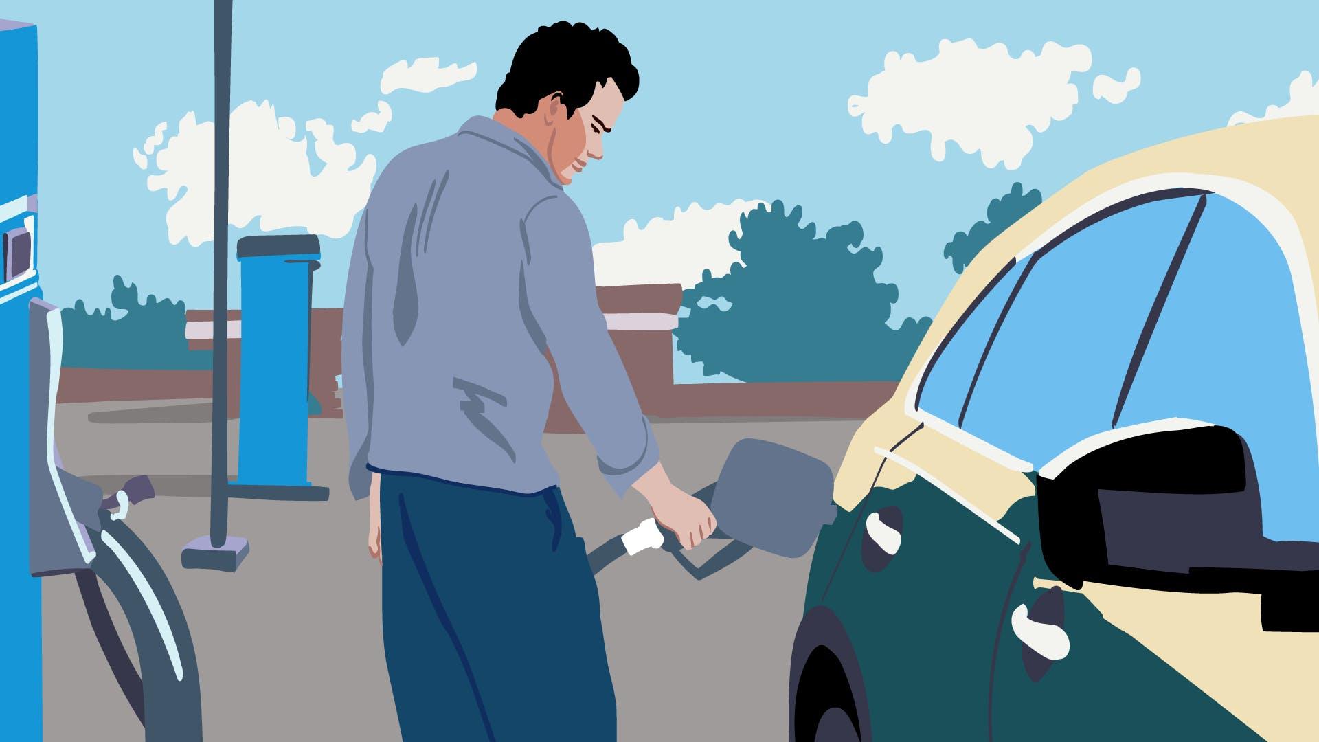Mann betankt während einer Geschäftsreise sein Auto: Die Fahrtkosten sollten bei der Reisekostenabrechnung aufgeführt werden.