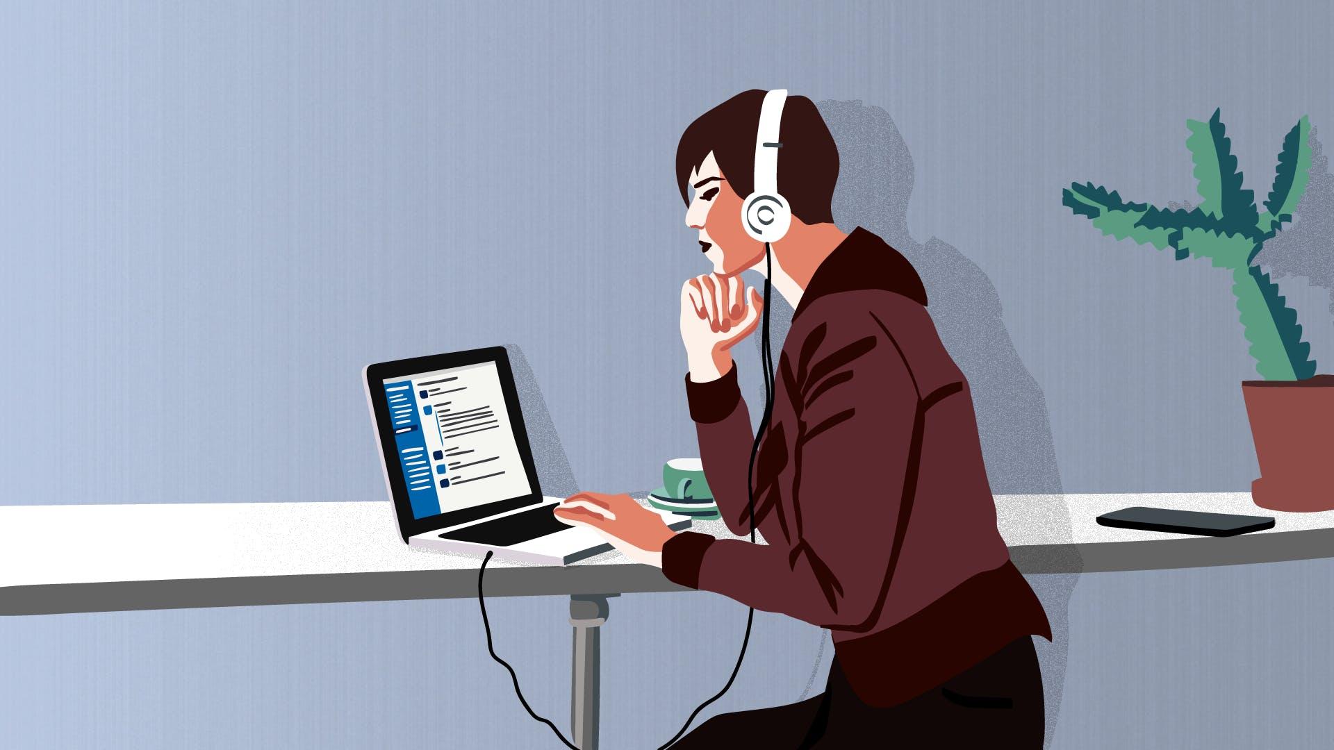 Junge Geschäftsfrau mit Laptop und Headset in einem Kundengespräch.