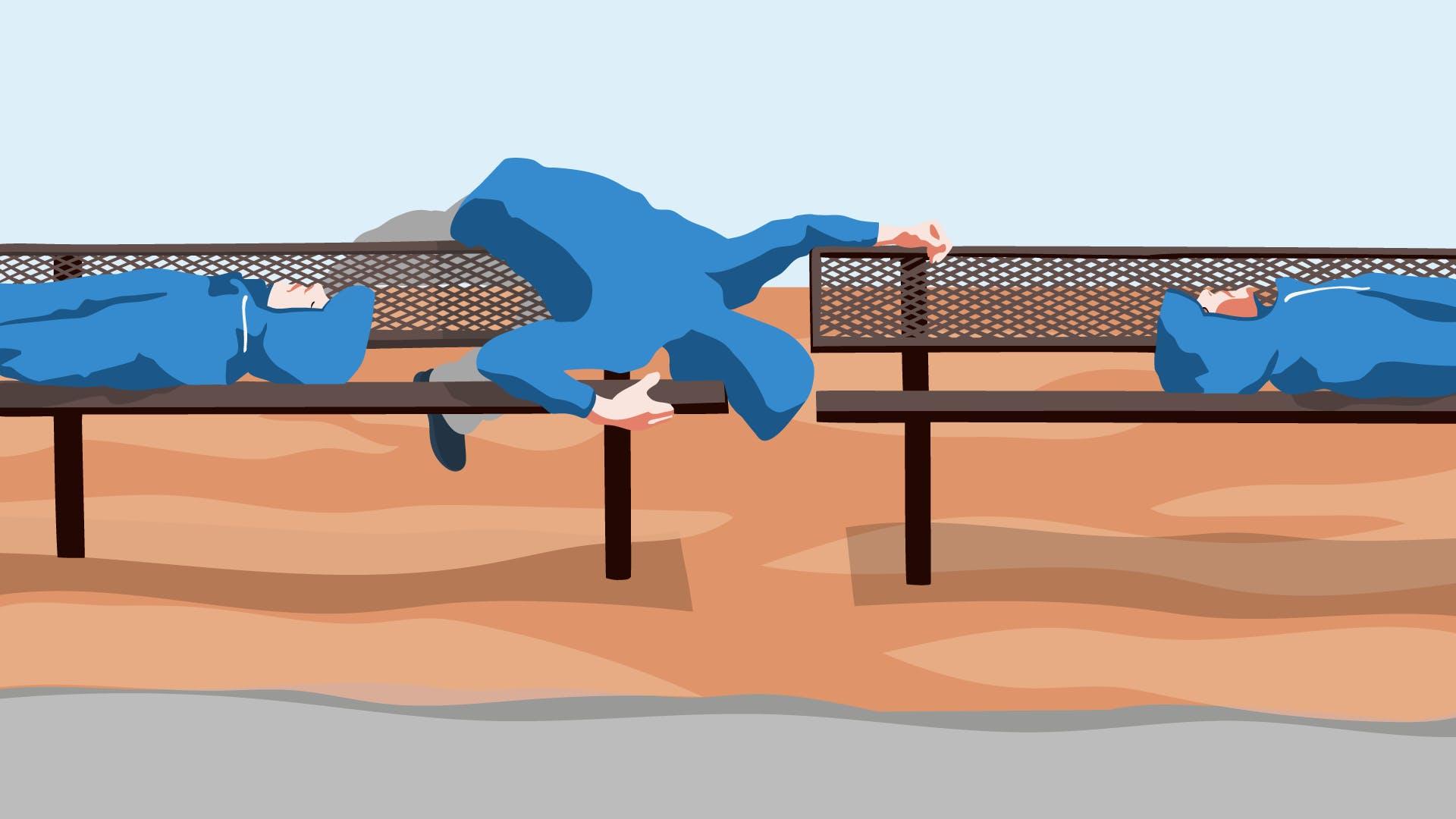 Zwei Sportler mit blauen Jacken auf einer Sitzbank liegend, ein Dritter lehnt sich über das Geländer.