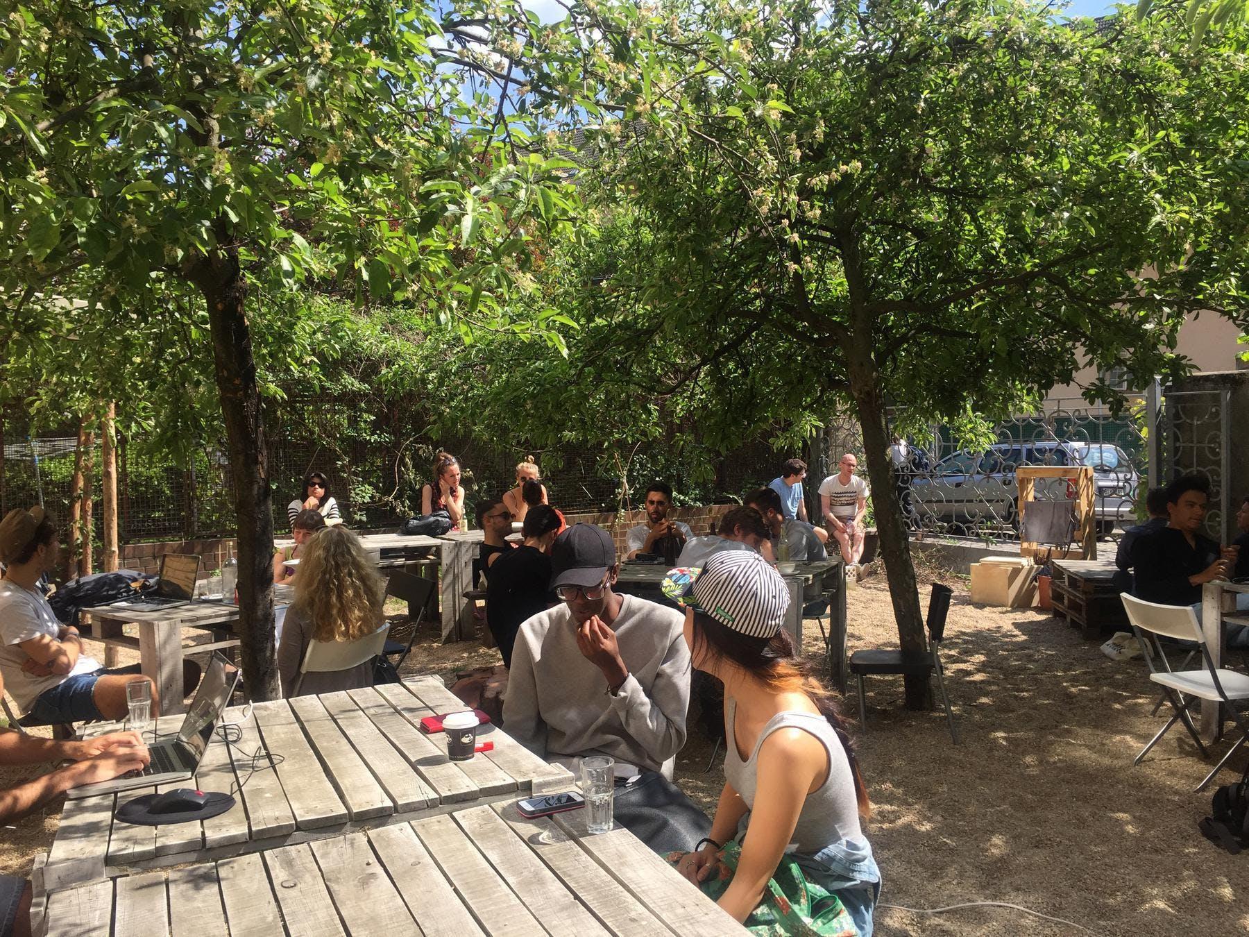 Agora Garten mit Leuten