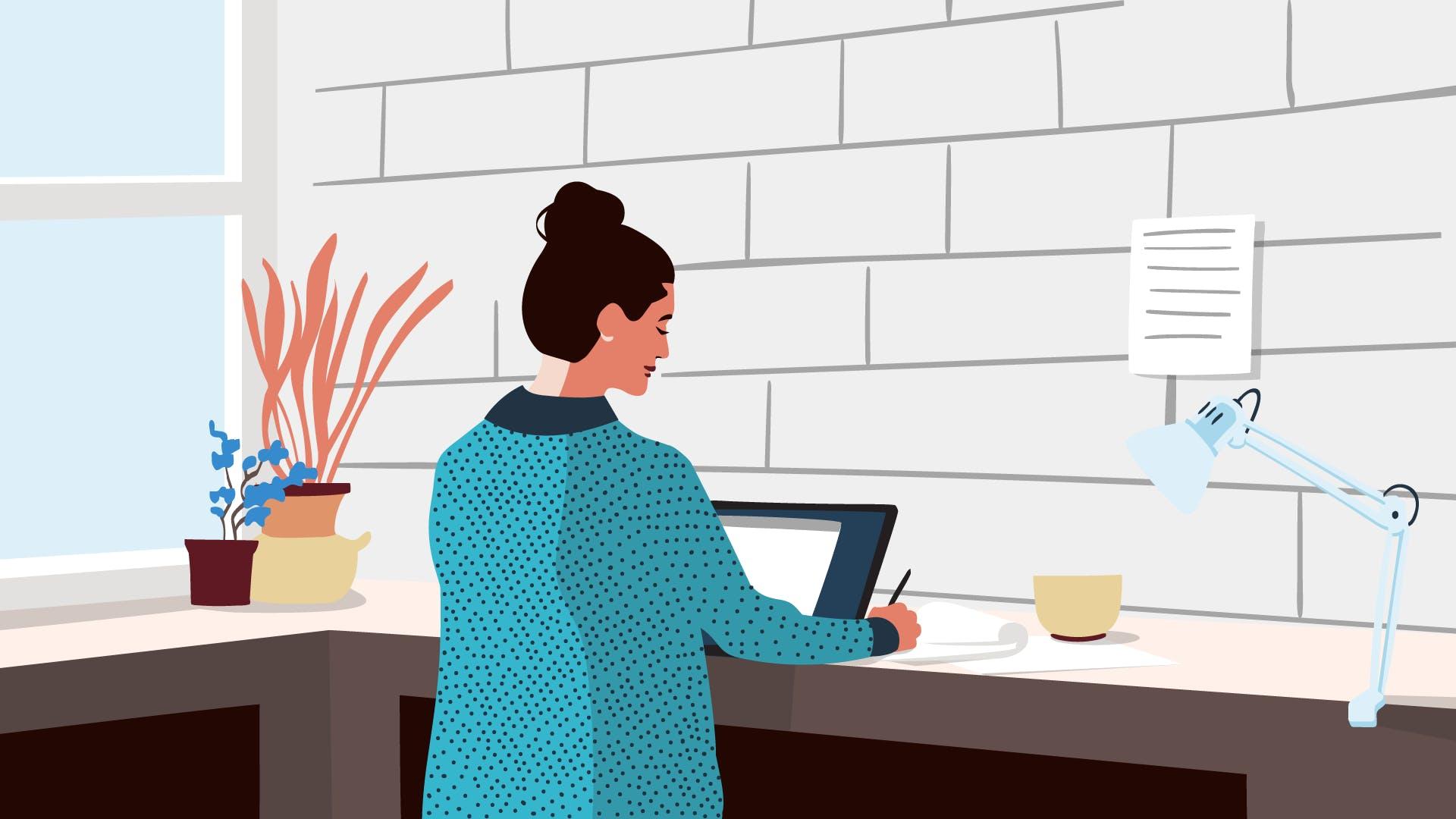 Frau in grün gepunktetem Shirt arbeitet im Stehen am Laptop.