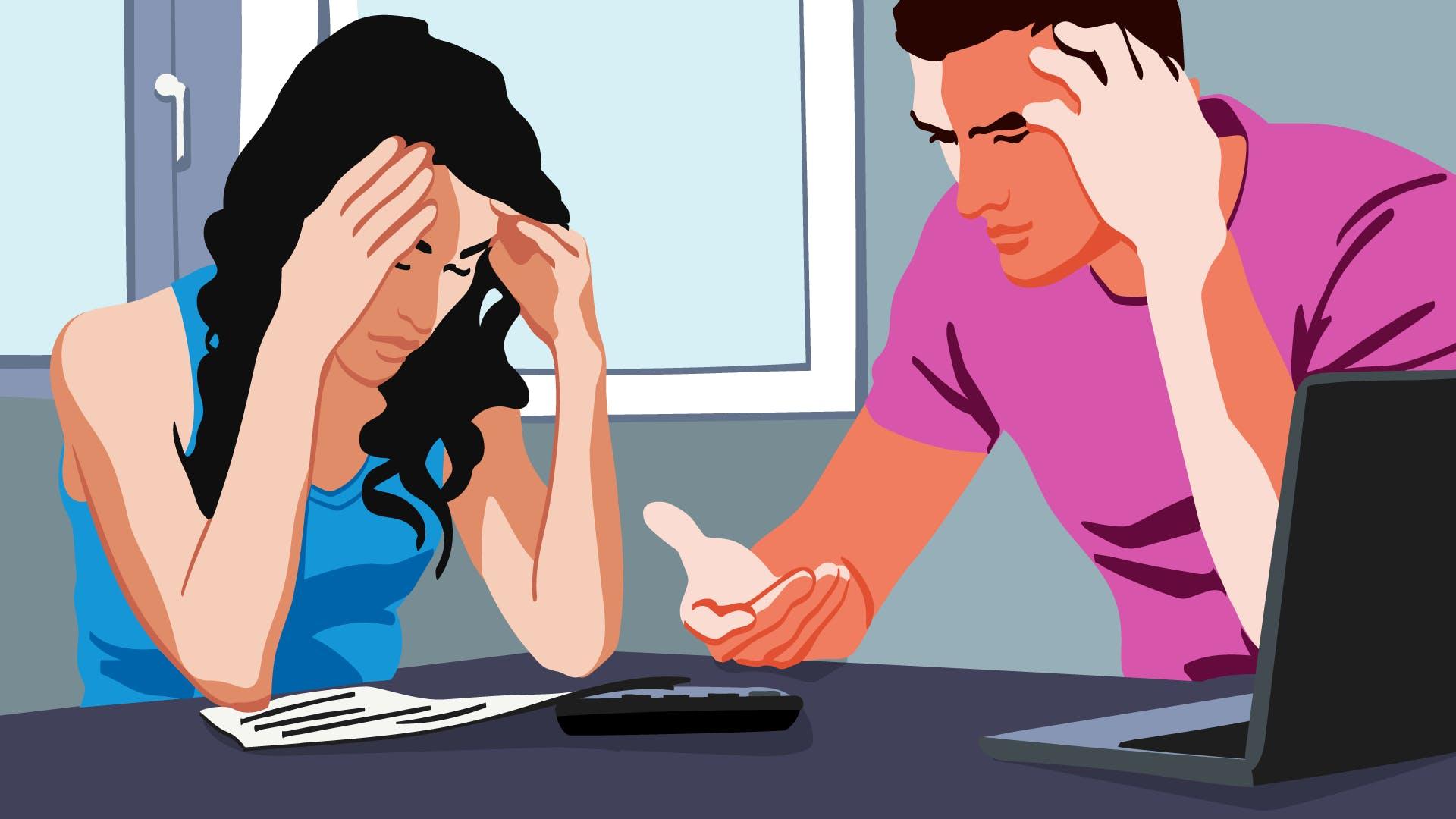 Junges Paar am Schreibtisch sitzend, überlegt wie man eine Lastschrift zurückholen kann.