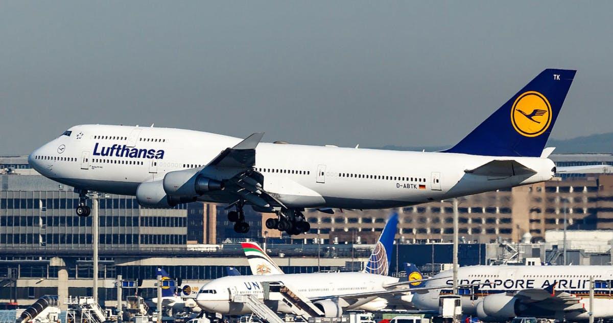 Flygplan från Lufthansa lyfter från flygplats
