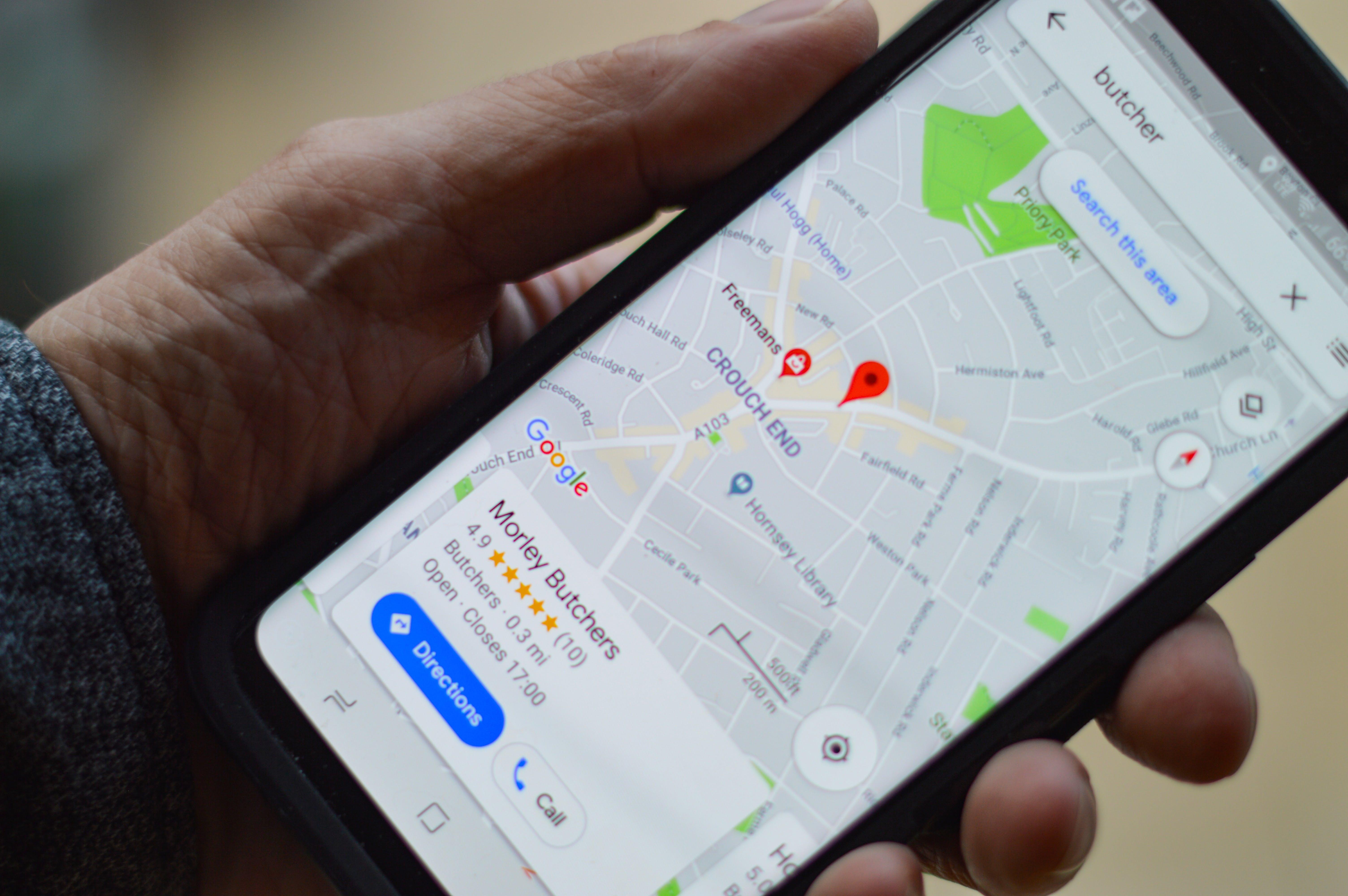 Persona con aplicación de mapas en su móvil