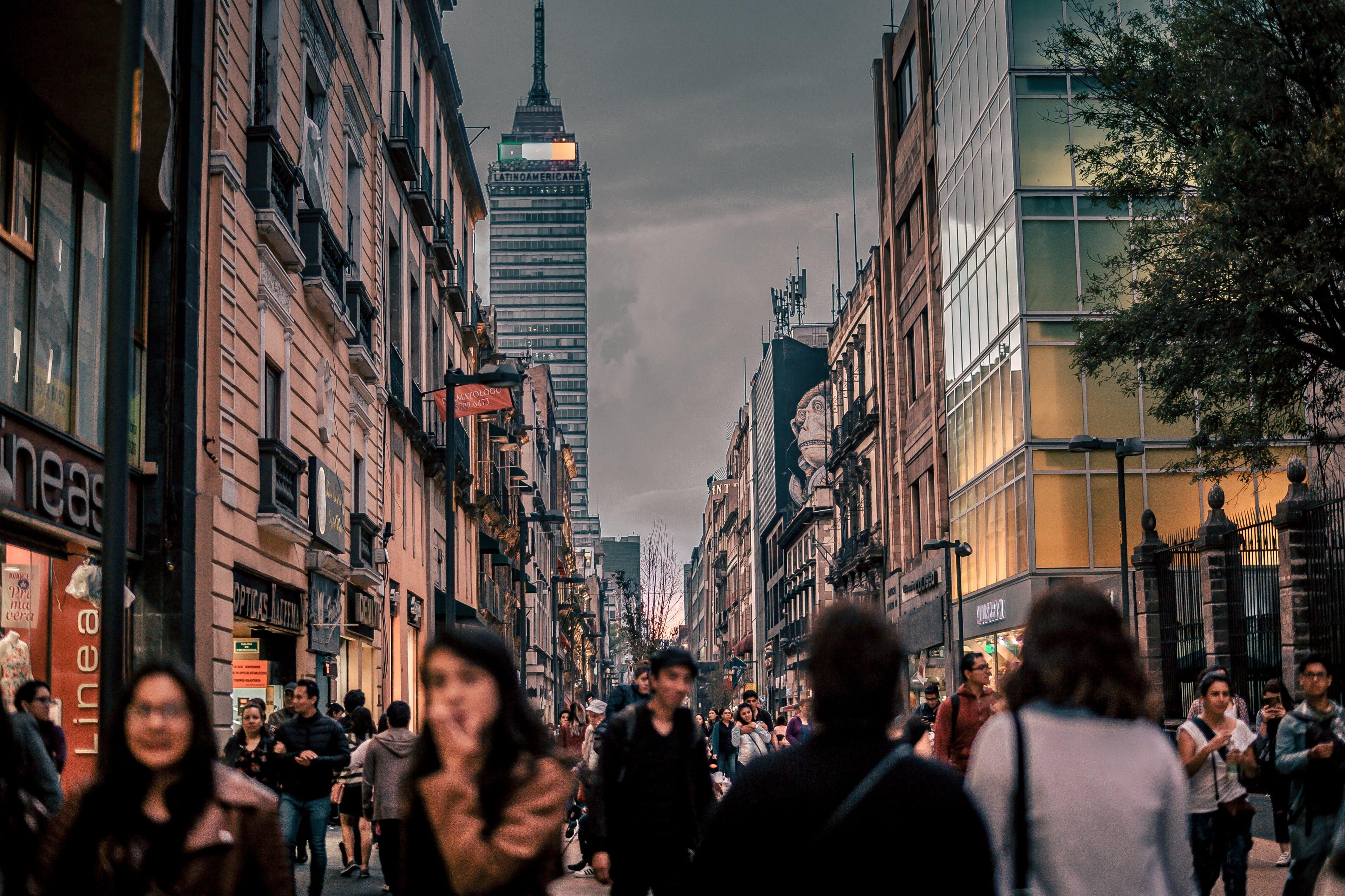 Personas caminando en una ciudad