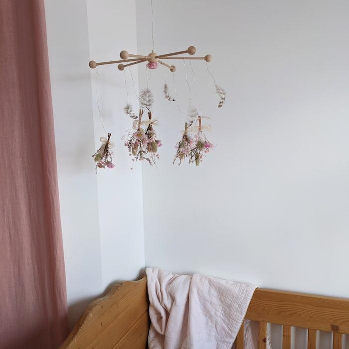 """Mobile bébé de fleurs séchées """"Plume"""""""