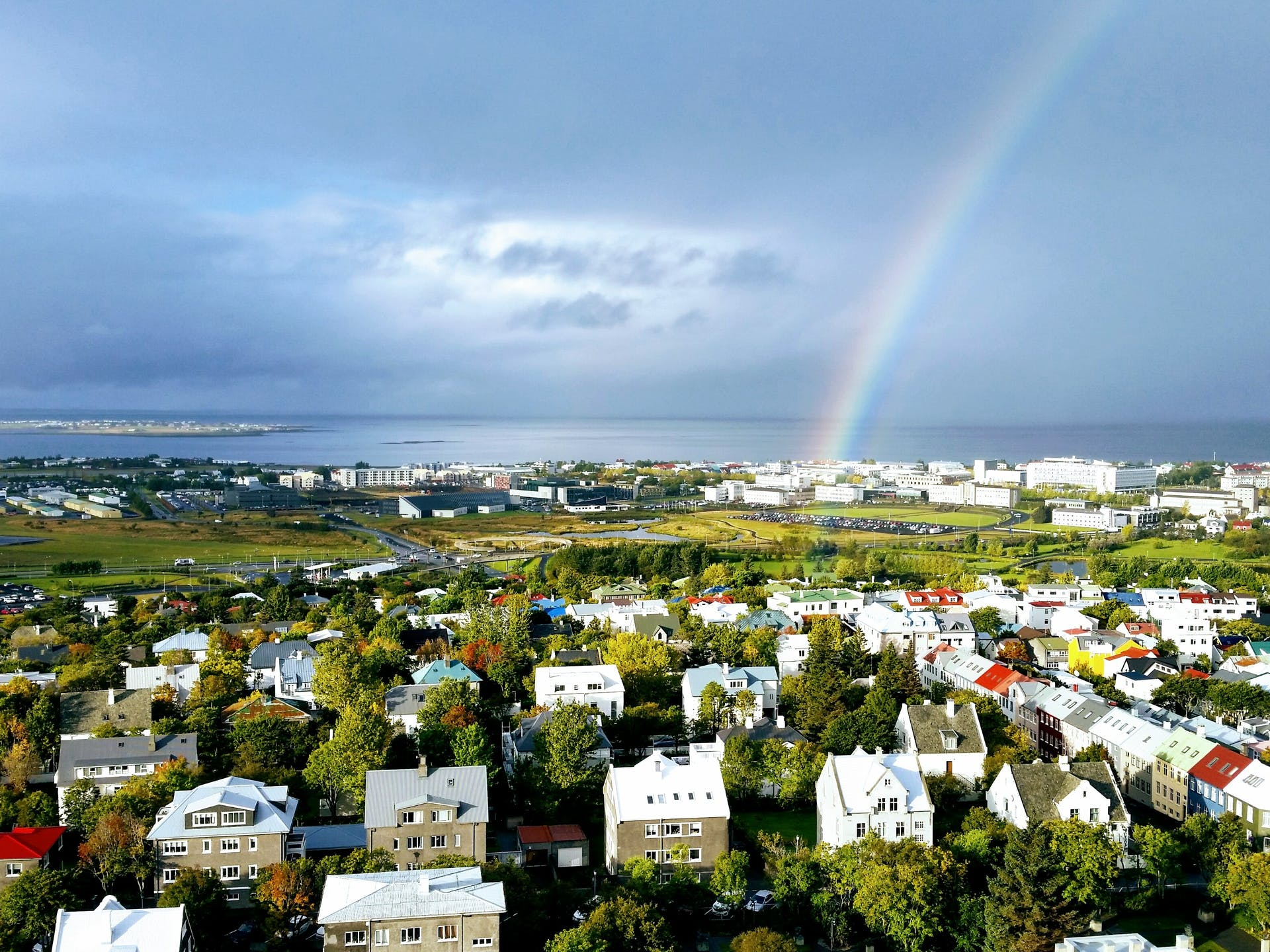Regnbogi yfir Vatnsmýrinni í Reykjavík